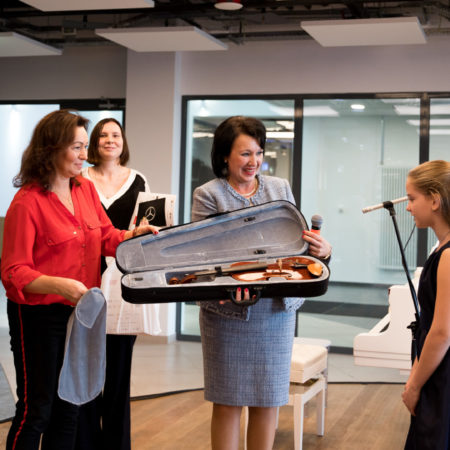 Скрипку французского мастера подарили детской школе искусств Солнечногорска