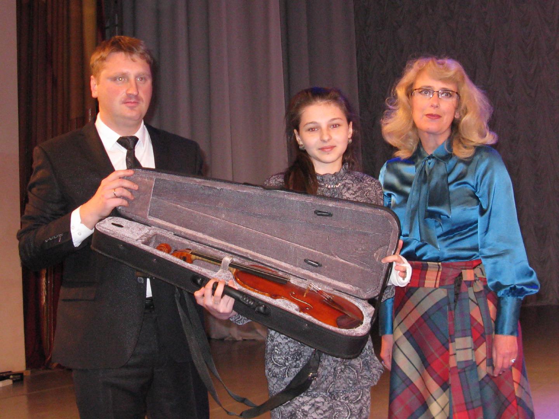 МБФ Владимира Спивакова подарил скрипку калужским музыкантам