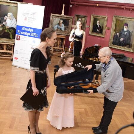 Мастеровую скрипку подарили юным музыкантам Североморска